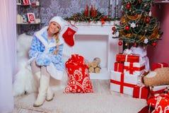 Mooi Europees Meisje in Kerstmiskleren Stock Foto's