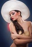 Mooi Europees meisje met hoed in studio Stock Foto's