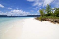 Mooi exotisch en wild strand van wit zand in radja ampat boog Royalty-vrije Stock Fotografie