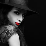 Mooi expressief helder make-up vrouwelijk model met roodgloeiende lip Royalty-vrije Stock Fotografie