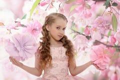 Mooi feemeisje in een bloeiende tuin Royalty-vrije Stock Afbeeldingen