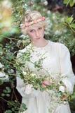 Mooi feemeisje in rozentuin Royalty-vrije Stock Afbeeldingen