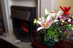 Mooi feestelijk Kerstmisbloemstuk met lelies en carn Stock Fotografie