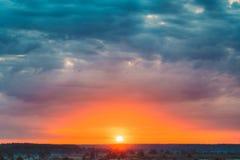 Mooi Forest On Sunrise Dramatische Hemel met Stock Afbeelding