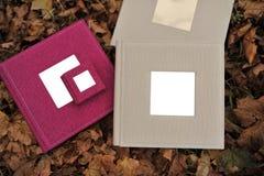 Mooi fotoalbum op de herfstbladeren Royalty-vrije Stock Afbeeldingen