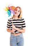 Mooi geïsoleerd tienermeisje met kleurenwindmolen stock afbeeldingen
