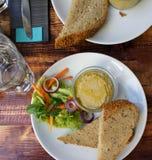 Mooi gedeelte van hummus en salade royalty-vrije stock foto
