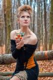 Mooi geheimzinnig meisje in een kleding in het de herfstbos met mandarijnbomen stock afbeeldingen