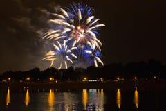 Mooi gekleurd vuurwerk in Zagreb, Kroatië, bij nacht Royalty-vrije Stock Foto's