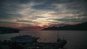 Mooi gekleurd zonsondergang en luxejacht in het overzees, Kroatië stock footage