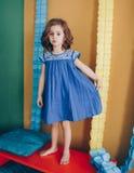 Mooi gelukkig die meisje in studio wordt gefotografeerd Royalty-vrije Stock Afbeeldingen
