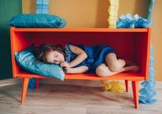 Mooi gelukkig die meisje in studio wordt gefotografeerd Royalty-vrije Stock Foto's