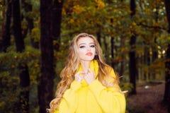 Mooi gelukkig glimlachend meisje met lang haar die het modieuze jasje stellen in de herfstdag dragen De schoonheid van de herfst  stock afbeelding