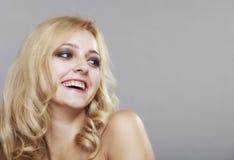 Mooi gelukkig het glimlachen lang de vrouwenportret van het haarblonde stock afbeeldingen