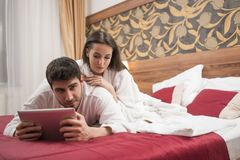 Mooi gelukkig jong paar die in bed na kuuroord genieten van Paar I royalty-vrije stock foto