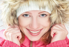Mooi gelukkig meisje in de kapwinter in openlucht Royalty-vrije Stock Foto's