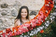 Mooi gelukkig meisje met boeket van roze bloemen royalty-vrije stock afbeeldingen