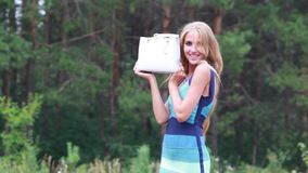 Mooi gelukkig meisje met een witte leerzak stock video