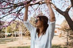 Mooi gelukkig meisje in park Royalty-vrije Stock Afbeeldingen