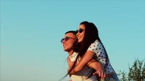 Mooi Gelukkig Modieus Blij Jong Europees Leuk Paar in Zwarte Glazen met Mooie Glimlachen in elkaar de Wapens van ` s stock video