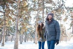 Mooi gelukkig paar die in de winterkleren in openlucht lopen Royalty-vrije Stock Foto