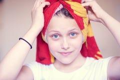 Mooi gelukkig tienermeisje met handdoek op haar hoofd Royalty-vrije Stock Afbeelding