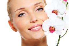 Mooi gelukkig vrouwengezicht met bloem Royalty-vrije Stock Afbeeldingen