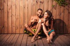 Mooi gemengd raspaar die duimen over houten achtergrond tonen Stock Foto's