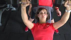 Mooi geschikt meisje met domoor hij meisje doet oefeningen met domoren in de gymnastiek Het mooie meisje is bezig geweest met stock videobeelden