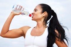 Mooi geschikt meisjes drinkwater na oefeningen Royalty-vrije Stock Foto