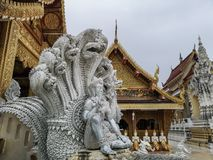 Mooi gesneden boeddhistisch beeldhouwwerk in Wat Sanpayang Luang in Lamphun, Thailand royalty-vrije stock fotografie