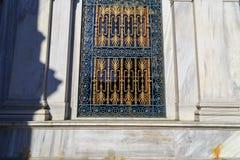 Mooi gesneden rooster op de Vensters royalty-vrije stock afbeeldingen