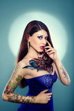 Mooi getatoeeerd meisje in donkerblauwe kleding Stock Afbeelding