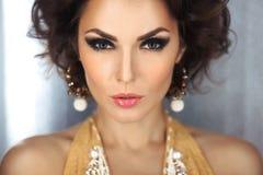 Mooi gezicht van een glamourvrouw met rokerige ogensamenstelling Het jonge meisje van het schoonheidsportret Stock Afbeelding