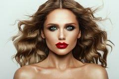 Mooi gezicht van een mannequin met blauwe ogen Krullend Haar Rode Lippen Royalty-vrije Stock Fotografie