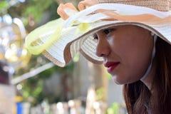 Mooi Gezicht van middenleeftijdsvrouw die Zondaghoed dragen royalty-vrije stock afbeeldingen
