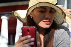Mooi Gezicht van middenleeftijdsvrouw die Zondaghoed dragen die selfie foto met smartphone doen stock afbeeldingen