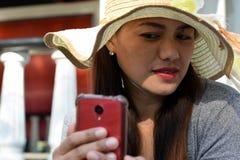 Mooi Gezicht van middenleeftijdsvrouw die Zondaghoed dragen die selfie foto met smartphone doen royalty-vrije stock fotografie
