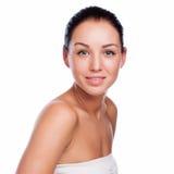 Mooi gezicht van mooie glimlachende vrouw die - bij studio stellen isolat stock afbeeldingen