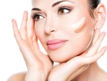 Mooi gezicht van vrouw met kosmetische stichting op een huid. Royalty-vrije Stock Foto