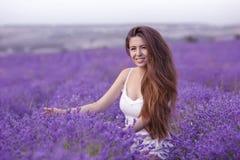 Mooi gezond haar Het jonge brunette van het tienermeisje met lange glanzend stock foto