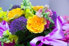 Mooi giftboeket van bloemen Stock Afbeelding