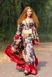 Mooi ginger-haired meisje in zigeunerkostuum royalty-vrije stock afbeelding