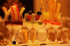 Mooi glas dat met Arabische drank wordt gevuld Stock Afbeelding