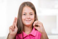 Mooi glimlachend doof meisje die gebarentaal gebruiken royalty-vrije stock afbeelding