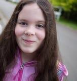 Mooi Glimlachend Lage schoolmeisje Royalty-vrije Stock Foto's