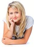 Mooi glimlachend meisje dat op vloer ligt Royalty-vrije Stock Fotografie
