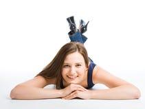 Mooi glimlachend meisje dat op vloer ligt Stock Fotografie