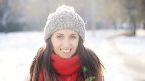 Mooi Glimlachend Meisje in de Winter Sunny Day stock video