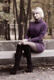 Mooi glimlachend meisje en de herfstlandschap Royalty-vrije Stock Afbeeldingen